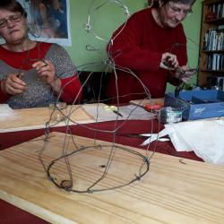 Anne-Marie et Nicole préparents leurs structures en fil de fer