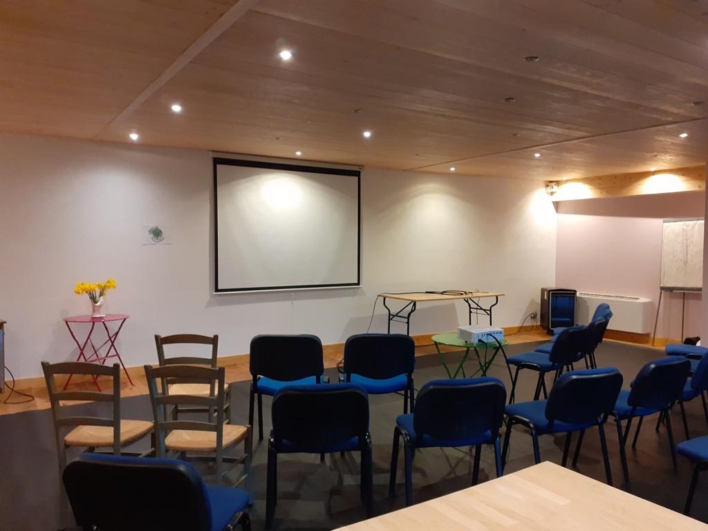 La salle est prête pour accueillir les participants