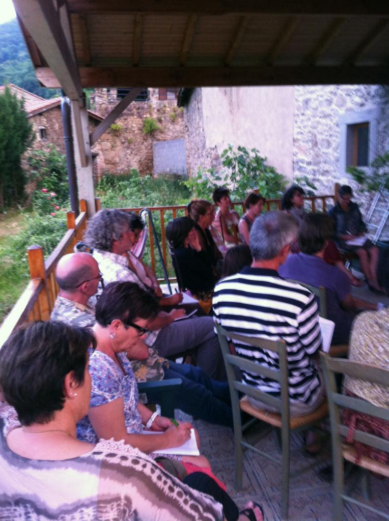 Public installé sur la terrasse