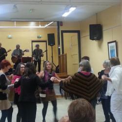 danse au son du groupe rock wood bee bandfolk