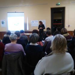Un public nombreux écoutant attentivement Corinne Marjollet, naturopathe.