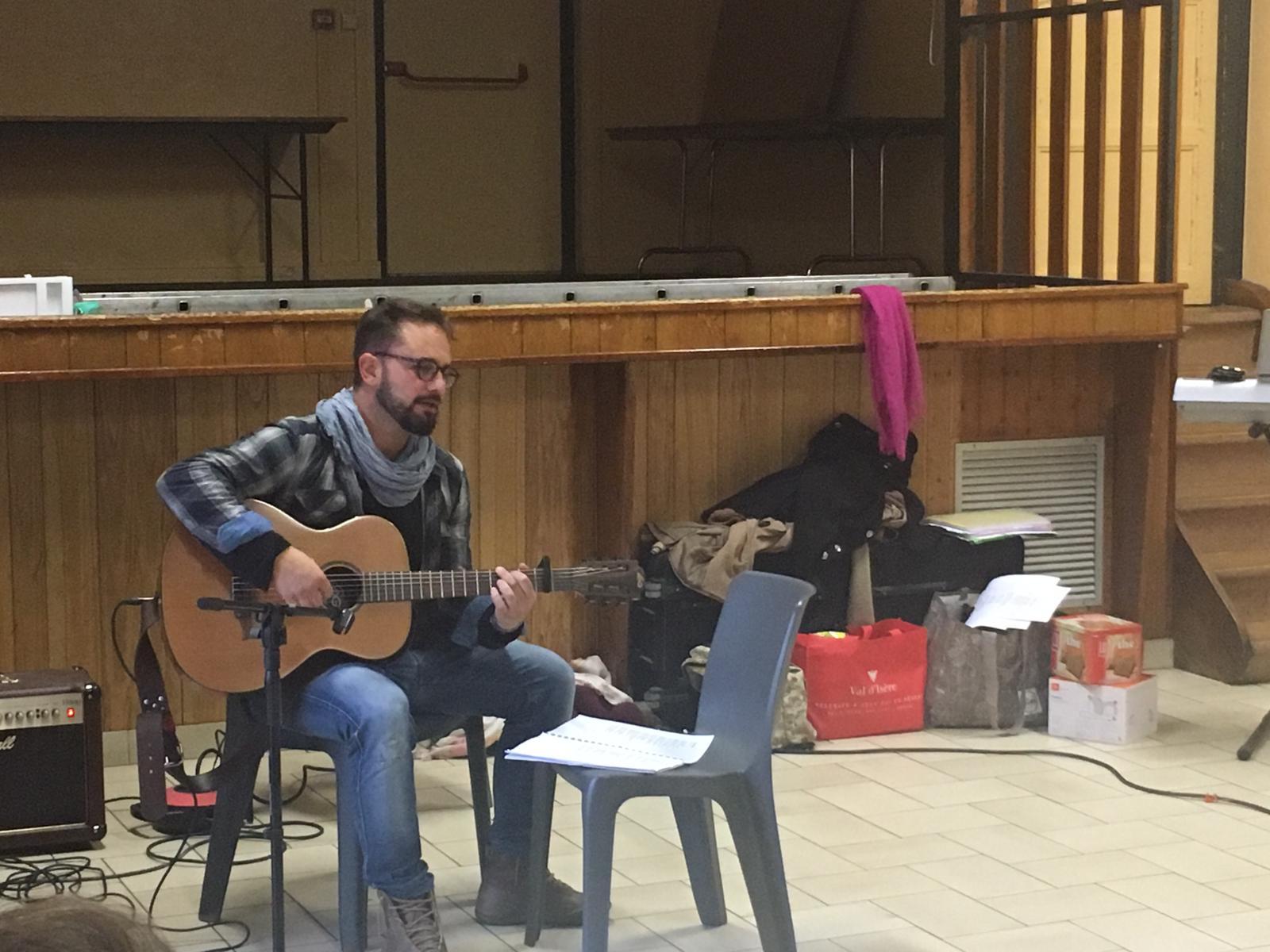 Fabrice à la guitare nous fait le cadeau d'une chanson