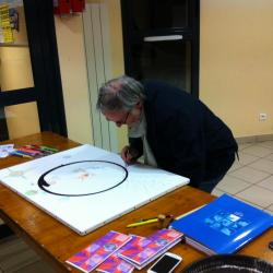 Un participant laisse une trace sur le symbole de la Terre